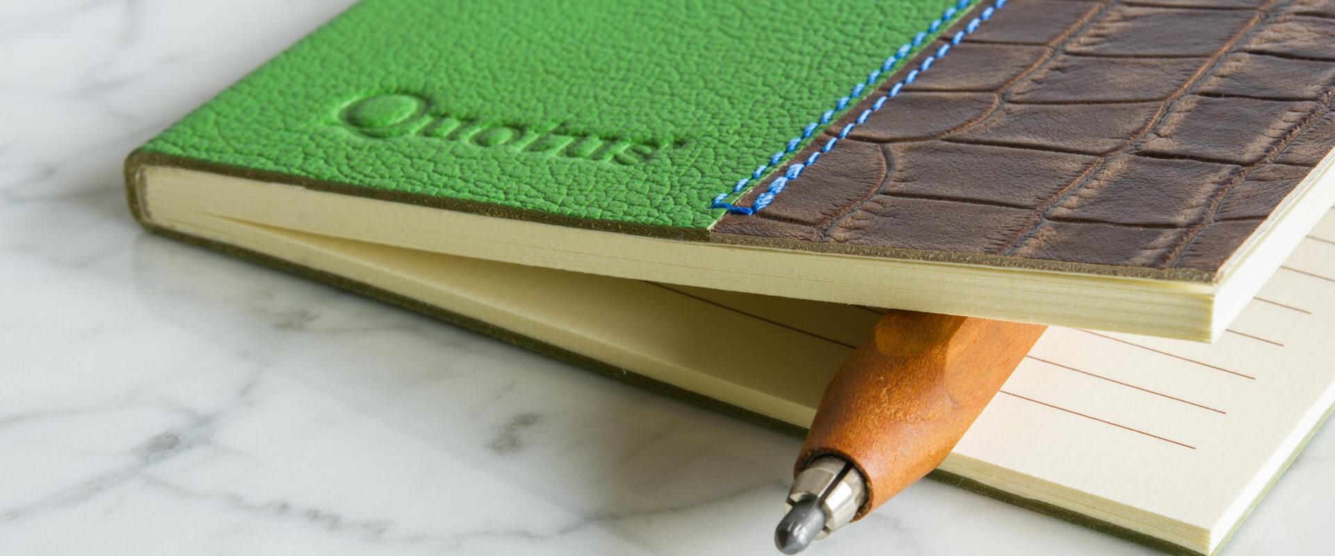 quadernetto con fogli di carta vergata color avorio